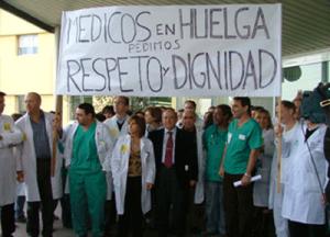 FOTO DE MEDICOS VERA BARROS EN PARO CON CARTEL GRANDE