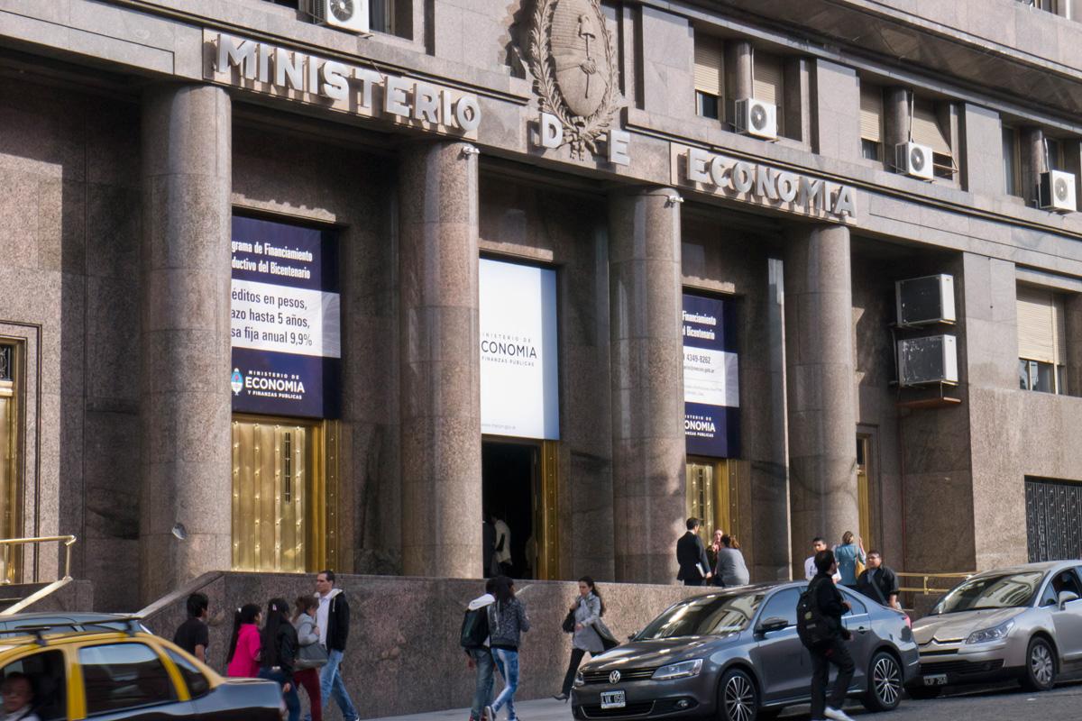 Ser an m s de 500 los despidos en el ministerio de econom a for Ministerio de inter