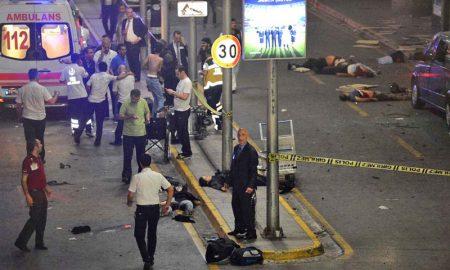 Télam 28/06/2016 Estambul, Turquia: Dos atacantes suicidas detonaron hoy explosivos luego de ser tiroteados por fuerzas de seguridad en el aeropuerto Ataturk de Estambul, el más grande de Turquía, y al menos 10 personas murieron y unas 20 resultaron heridas en el atentado, informaron autoridades y medios locales. FOTO. AFP/ ILHAS NEWS AGENCY/Télam/cf