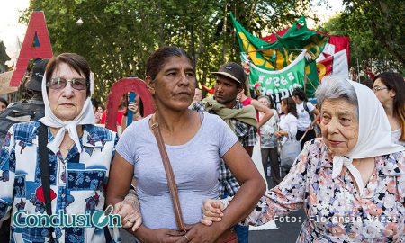 Elsa Godoy, madre de Franco Casco, marcha con las Madres de Plaza de Mayo de Rosario pidiendo justicia. Elsa falleció sin saber que pasó con su hijo.