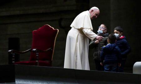via crucis papa y niños