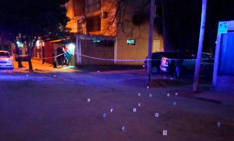 Un hombre lucha por su vida tras ser blanco de una ráfaga de balas en la puerta de su casa
